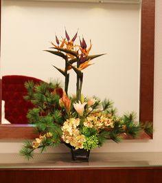 造花アレンジメント 和の雰囲気いっぱいです。 松。シンピジュウム・ストレリチア