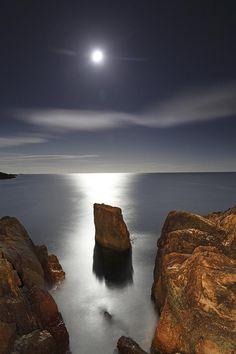✮ Moon coming up over the North Atlantic Ocean by pokiekim Beautiful Moon, Beautiful World, Beautiful Places, Beautiful Pictures, Espanto, Skier, Gaia, Shoot The Moon, Good Night Moon