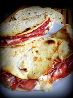 La piadina est une spécialité italienne , il s'agit d'une pâte à l'huile d'olive garnie de fromage et charcuterie italienne.