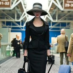 Anne Hatheway as Selina Kyle in the Dark Knight Rises, like a dangerous catwoman.