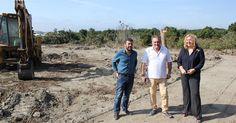 MOTRIL.Flor Almón y Antonio Escámez visitan los trabajos de movimientos de tierras de esta nueva superficie comercial de unos 25.000 metros cuadrados y cuyos árboles de