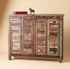 Mueble montado con contraventanas viejas.