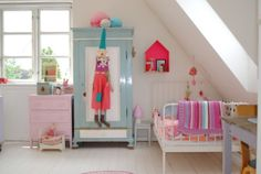 Mor til MERNEE: Storpige værelse og smukke dots på væggen....