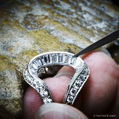 Van Cleef & Arpels Pavot Mystérieux High Jewelry timepiece - Baguette diamond setting