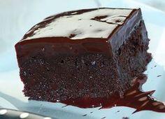 Μια υπέροχη, αφράτη και γευστικότατη σοκολατόπιτα, καλυμμένη με γλάσο σοκολάτας. Μια εύκολη συνταγή για να απολαύσουν μια τέλεια σοκολατόπιτα ... τα μεγάλα Greek Sweets, Greek Desserts, Sweet Recipes, Cake Recipes, Greek Cake, Greek Pastries, Chocolate Sweets, Sweet Cakes, Desert Recipes