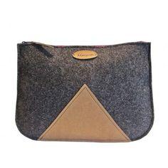 Die minimalistische und anspruchsvolle Clutch Bag verleiht Ihrem Outfit Eleganz und unterstreicht Ihre einzigartige Persönlichkeit. Die luxuriöse Clutch aus 1
