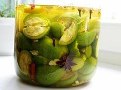 Ořechy nakrájíme na měsíčky, přidáme 6 nových koření, 5 hřebíčkú, trochu zázvoru, špetku fenyklu, anýzu a půl citronu, kousek skořice, vanilky,... Honeydew, Pickles, Sprouts, Cucumber, Food And Drink, Vegetables, Fruit, Drinks, Cooking