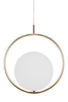 Taklampa Saint hade enkelhet som inspiration. Ringen i metall med det svävande vita glasklotet inuti. Gedigna och bearbetade detaljer rakt igenom. Transparent kabel med takkopp i metallfärg. Höjd 45 cm. Bredd 26 cm. Djup 40 cm. Lamphållare G9. Max 42W. Ljuskälla ingår ej. Design: Patrick Hall.