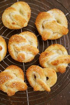 Easy Mini Soft Pretzels + Cheese Sauce – Fluffy, salty pretzels made quick + easy with pizza dough! Serve with spicy mustard or a homemade cheese sauce (recipe included). thecomfortofcooking.com