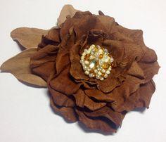 Broche fleur à la main en cuir en fleur de café brun, fait main, fleur de cuir, fleurs de demoiselle d'honneur, mère de la mariée, cadeau