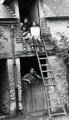 Vacances en famille pour Serge Gainsbourg, Jane Birkin et leurs 2 filles Kate et Charlotte, dans leur propriété de Cresseveuille en Normandie,