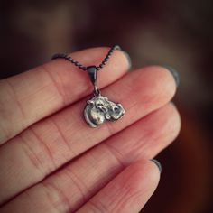 Wisiorek z hipopotamem symbolizującym płodność i dualność natury ludzkiej będzie idealny dla fanów gorącej Afryki! Diamond, Silver, Jewelry, Jewlery, Money, Bijoux, Schmuck, Diamonds, Jewerly
