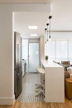 Decoração de apartamento amplo com ambientes integrados. Cozinha branca, com balcão branco, banquetas brancas, pendente, plantas. #decoracao #decor #casadevalentina