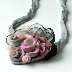Polymerový náhrdelník doplněný o organzu a hedvábnou šňůrku.