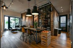 lampe-industrielle-salle-a-manger-table-bois-chaises-lampes-suspendues-plafond-blanc-murs-briques-porte-noire-éclairage-led