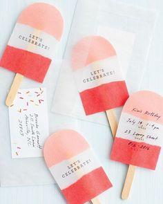 un polo de fresa contiene la invitación 11 Sorprendentes invitaciones de cumpleaños para niños