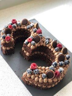 Nummerkake er blitt veldig populært og er topp til bursdagsfeiringer! Saftig sjokoladekake med en silkemyk glasur. Ingredienser kakebunn 1l kulturmelk 6,5dl sukker 3ts vaniljesukker 5ss... Toffee, Desserts, Food, Baking Soda, Creative, Sticky Toffee, Tailgate Desserts, Candy, Deserts