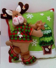 Munequeria Navidena Y Halloween Christmas Room, Christmas Holidays, Christmas Crafts, Christmas Ornaments, Felt Christmas Decorations, Holiday Decor, Felt Crafts, Diy And Crafts, Christmas Chair Covers
