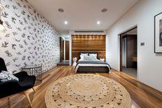 Для длинной спальни вместо люстры лучше использовать точечное освещение