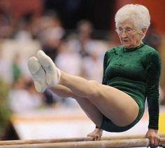 SOMOS LO QUE CREEMOS QUE SOMOS Existen historias extraordinarias  de personas,  que por alguna circunstancia, descubren que tenían la capacidad de ser mejores, ser felices y tener éxito, es decir que tuvieron la suerte de poder pensar de una manera diferente y cambiar su destino...Johanna Quass, asombrosa mujer de 86 años.