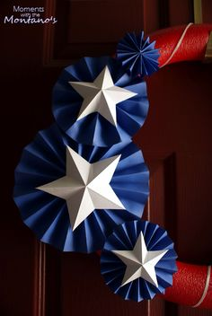 Love these paper rosettes with paper stars MásWe normally don& decorate for Independence Day. Yes, I feel a bit guilty about not flying the red, white and blue.Fourth of July wreath with tutorialSolid colors, very graphic. Fourth Of July Crafts For Kids, Stars Craft, Patriotic Crafts, Patriotic Decorations, Paper Fans, Happy 4 Of July, Summer Crafts, July 4th, Rosettes