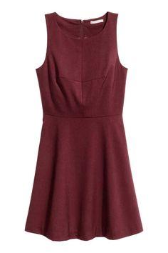 Платье без рукавов: Платье без рукавов длиной до колена из тканого материала…