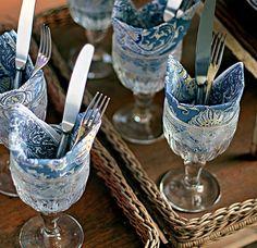 Ideia simples e chiquérrima para organizar talheres, guardanapos e copos na hora de receber visitas! / What a simple and chic idea to organize silverware, napkins and glasses for a party!