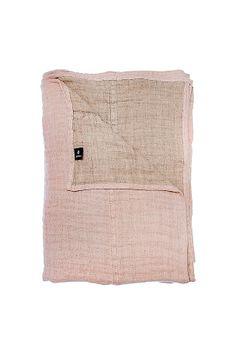 Sengetæppet af hørlærred er vasket efter syning for at opnå en crepet effekt. <br><br>100% hør<br>Vask 40°