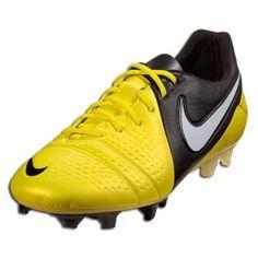 Estos zapatos de futbol el americano eres amarillo y negro. Mi favorito color es amarillo.