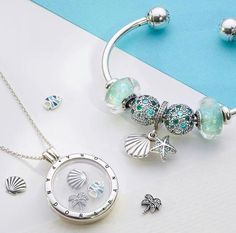 Pandora, nějaká mořská edice s využitím azurové barvy v rohu obrázku, korespondující se šperky. #pandorajewelry