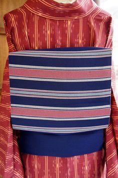"""スモークピンクとベビーブルー、ネイビーで織り出されたリズミカルなストライプがモダンな名古屋帯です。  """"ネイビ"""""""