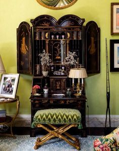 Black and gold lacquered Chinoiserie secretary, chartreuse walls, a shimmering pale blue and white Stark rug, and a teensy hint of a chintz club chair make for the perfect living room vignette, as far. Tables Tableaux, Mario Buatta, Apartment Decoration, Living Colors, English Country Style, Secretary Desks, Chinoiserie Chic, Interior Decorating, Interior Design