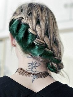 Cheveux longs en partie colorés en vert.
