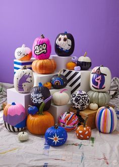 Our absolute best, totally essential pumpkin painting tips - Think. Our absolute best, totally essential pumpkin painting tips - Think. Casa Halloween, Halloween Inspo, Halloween Pumpkins, Halloween Crafts, Halloween Party, Funny Pumpkins, No Carve Pumpkin Decorating, Pumpkin Carving, Pumpkin Face