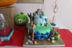 Detailed cake at a Angry Birds Party #angrybirds #partycake