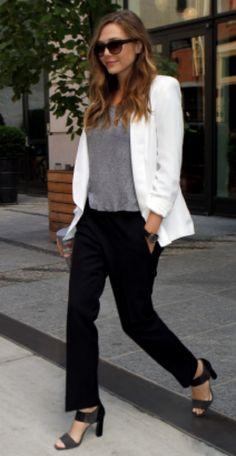 Blazer branco, calça preta, camiseta cinza