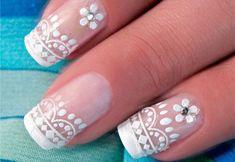 Você vai precisar de:  Base incolor; Esmalte nas cores: cremoso rosa-claro e cremoso branco;  Adesivo rendado na cor branca; Adesivo com motivo floral;  Alicate para cutículas; Removedor de esmaltes;  Algodão; Palito de laranjeira;  Pincel nº 00