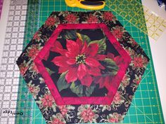 Holiday hexagon table topper Table Topper Patterns, Quilted Table Toppers, Mug Rug Patterns, Table Runner Pattern, Quilted Table Runners, Christmas Table Mats, Christmas Runner, Small Quilts, Mini Quilts