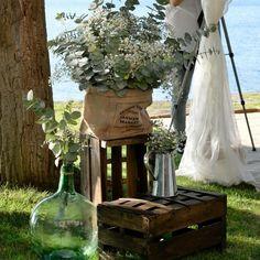 Toda la decoración de la boda iba en la misma línea: damajuanas, cajas barnizadas en roble rústico, tela arpillera y zinc y como flores elegimos eucalipto con paniculata.