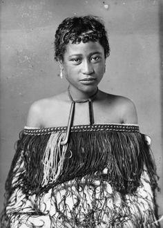 Carte de visite portrait of a Maori woman from Hawkes Bay, taken, probably between 1880 and by Samuel Carnell of Napier. Maori Tribe, Polynesian People, Zealand Tattoo, Maori People, Maori Designs, Anthropologie, Nz Art, Maori Art, African History