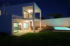 VENDIDO!! / SOLD!! Moradia T4 contemporânea inserida em lote de 739 m2 com piscina e jardim localizada em urbanização residencial. A 5 minutos da praia e do golfe! miguel@equiparosa.pt / 926 507 375