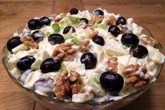 Klassisk waldorfsalat med frukt, nøtter og grønnsaker. Waldorf Salat, Norwegian Christmas, Diy Christmas, Cake Cookies, Fruit Salad, Side Dishes, Oatmeal, Food And Drink, Pizza