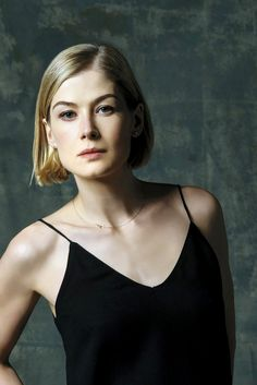 FY Rosamund Pike — The clever thing about Gone Girl is that you. Rosamund Pike Gone Girl, Rosamond Pike, Beautiful Actresses, Pretty Face, Bob Hairstyles, New Hair, Hair Inspiration, Short Hair Styles, Hair Cuts