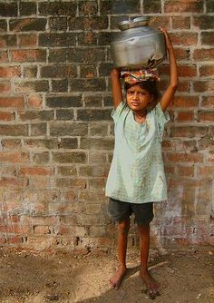 Little girls need to work hard to survive in the slums