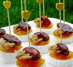 PINTXO DE QUESO´ DE CABRA No Cook Appetizers, Appetizer Recipes, Snack Recipes, Snacks, Cheese Lover, Food Decoration, Mini Foods, Appetisers, Food Photo
