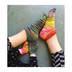Disse små sokker er hurtige at lave og gode til at få brugt sine garnrester. Man kan lave dem ensfarvede eller mangefarvede. Strikket i strømpegarn på pinde 2½. Læs mere ...