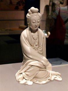 北京首都博物五大展覽璀璨京城 德化窯觀音像 明弘治十七年至明萬曆十年(西元1504-1582年) 此尊觀音像是聞名中外的瓷雕藝術大師何朝宗的傑作,被譽為「世上獨一無二的珍品」。