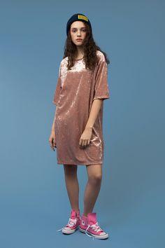 Платье-футболка с короткими рукавами из бархатного материала в магазине  «Ypsilon» на Ламбада-маркете 81b314e801ba3