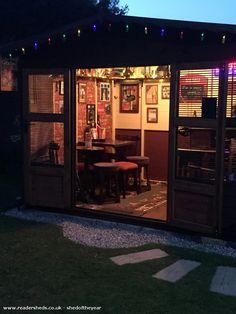 50 Pub Shed Bar Ideen für Männer – Cool Backyard Retreat Designs - Modern Backyard Bar, Backyard Sheds, Outdoor Sheds, Backyard Retreat, Man Cave Outdoor, Diy Home Bar, Home Pub, Bars For Home, Cabana