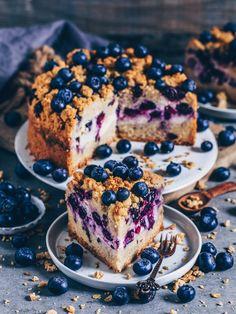Crumble cake with creamy cheesecake layer (vegan) - Beste Gesunde Rezepte - Gruppenboard - Cake-Kuchen-Gateau Vegan Crumble, Blueberry Crumble, Vegan Blueberry, Easy Desserts, Dessert Recipes, Cake Tasting, Vegan Treats, Vegan Food, Food Cakes
